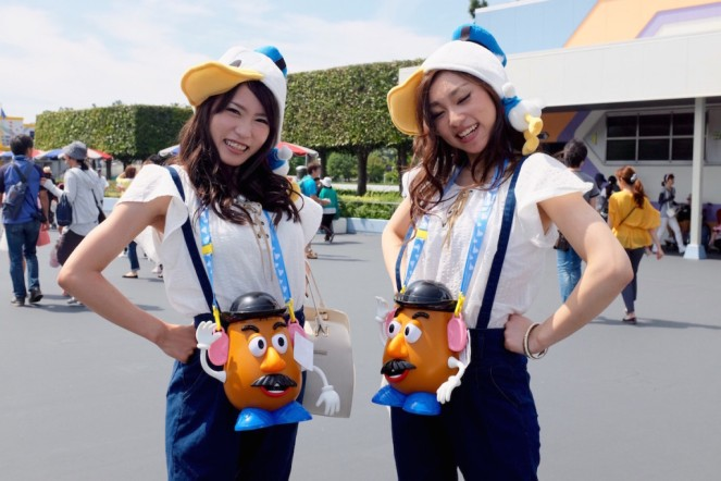 Tokyo Disney parc park comparaison Orlando Paris attractions personnages souvenirs