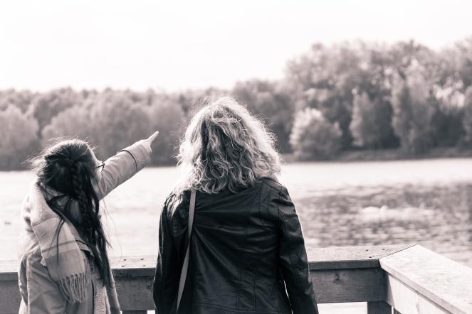 sweet moment photo - laurie plaquet - ronchin - villeneuve d'ascq - parc du héron - France - noir et blanc - amies - regarde au loin - lac